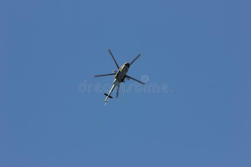 俄罗斯的武力的战斗直升机 在飞行中美丽的景色 免版税库存照片