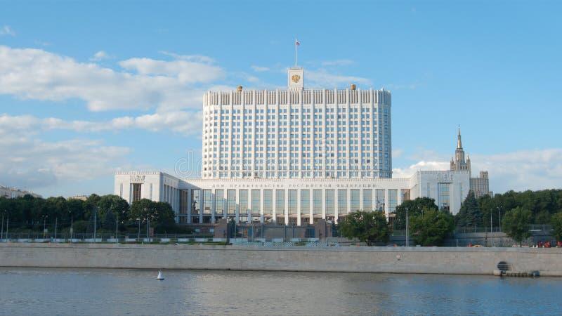 俄罗斯联邦修造的白色房子和河的政府 库存图片