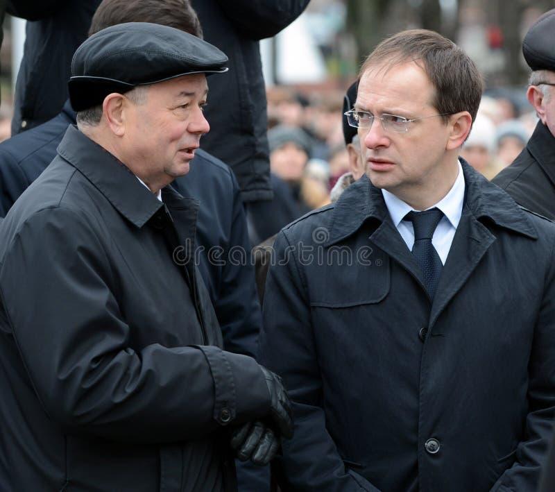 俄罗斯联邦弗拉基米尔Medinsky和卡卢加州地区州长开头的阿纳托利阿尔塔莫诺夫的文化部部长  免版税图库摄影