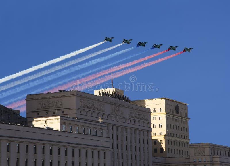 俄罗斯联邦的国防部的主楼和俄国军用飞机在形成,莫斯科,俄罗斯飞行 库存图片