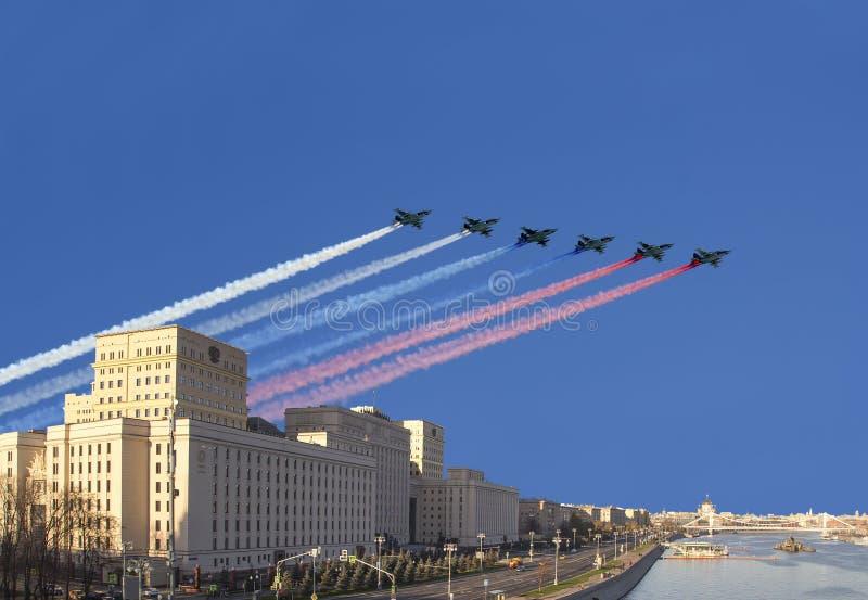 俄罗斯联邦的国防部的主楼和俄国军用飞机在形成,莫斯科,俄罗斯飞行 库存照片