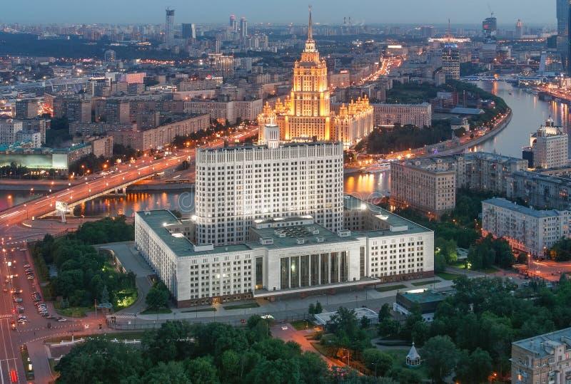 俄罗斯联邦的政府的大厦在莫斯科晚上& x28; 白宫从top& x29的看法; 免版税图库摄影
