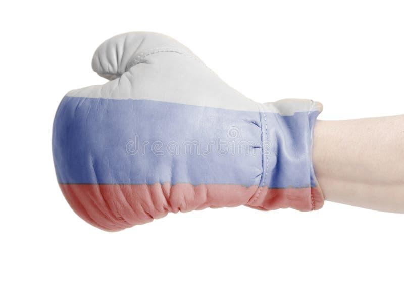 俄罗斯联邦的旗子在佩带在男性手上的拳击手套的 库存图片