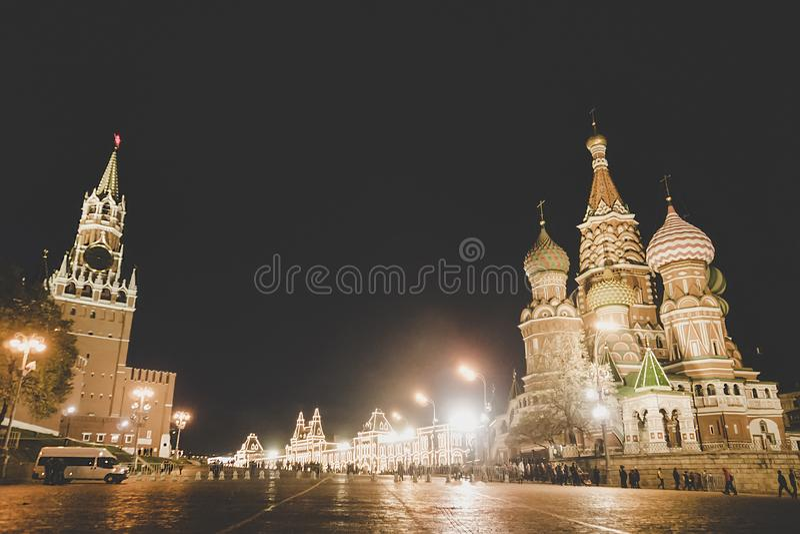 俄罗斯联邦莫斯科红场Spasskaya Tower塔和圣巴西尔大教堂的夜景全景 红 库存照片