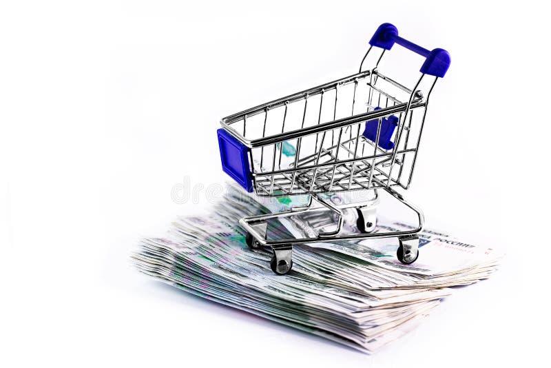 俄罗斯货币,购物车里的卢布 免版税库存图片