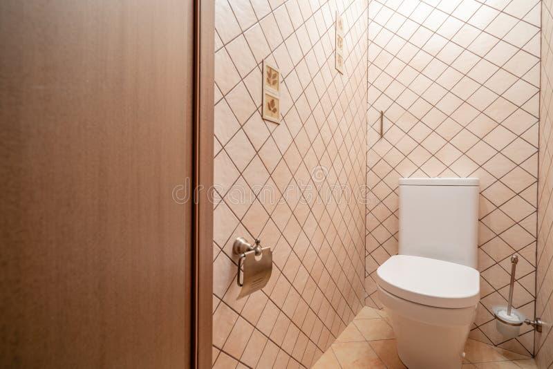 俄罗斯,下诺夫哥罗德- 2018年1月10日:私人公寓 现代抽水马桶或WC在小卫生间里 免版税图库摄影