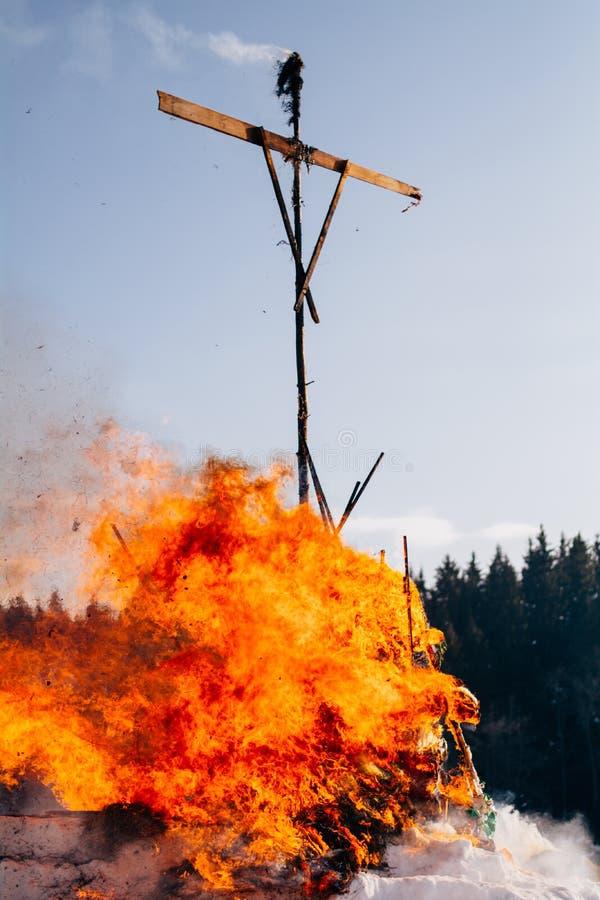 俄罗斯,乌德穆尔特共和国, Sharkan 2月18日2018 Shrovetide肖象燃烧  免版税库存图片