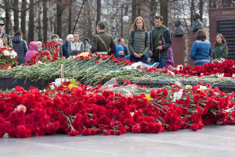 俄罗斯,伊热夫斯克- 2018年5月9日:人民放花在纪念品给二战的下落的战士 图库摄影