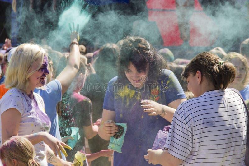 俄罗斯,克拉斯诺亚尔斯克,2019年6月:年轻人使用与颜色 侯丽节印度节日的概念  库存照片