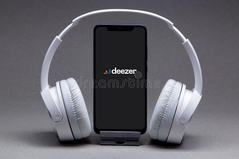 俄罗斯,别尔哥罗德 — 2020年5月16日:屏幕上带有Deezer徽标的手机、流歌曲和视频应用 免版税图库摄影