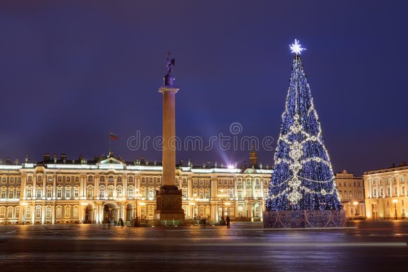 俄罗斯,圣彼德堡,圣诞树照明设备在晚上,在附近 库存图片