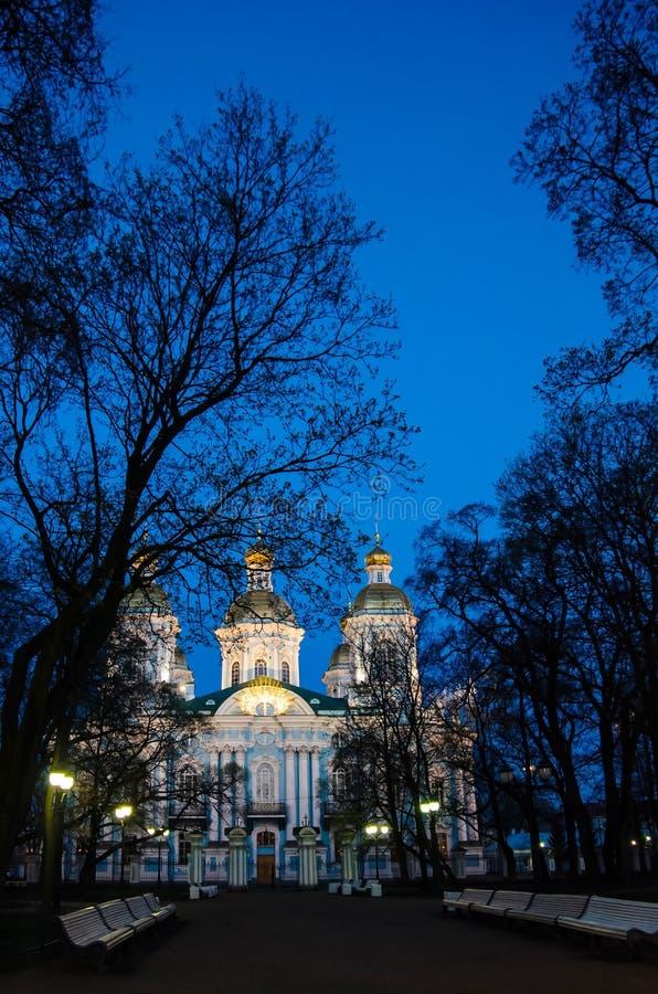 俄罗斯,圣彼德堡- 2015年5月2日:圣尼古拉斯海军大教堂在圣彼德堡在晚上 库存图片