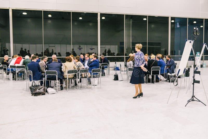 俄罗斯,城市莫斯科- 2017年12月18日:一群人在屋子里 E 队锻炼会议概念 库存图片