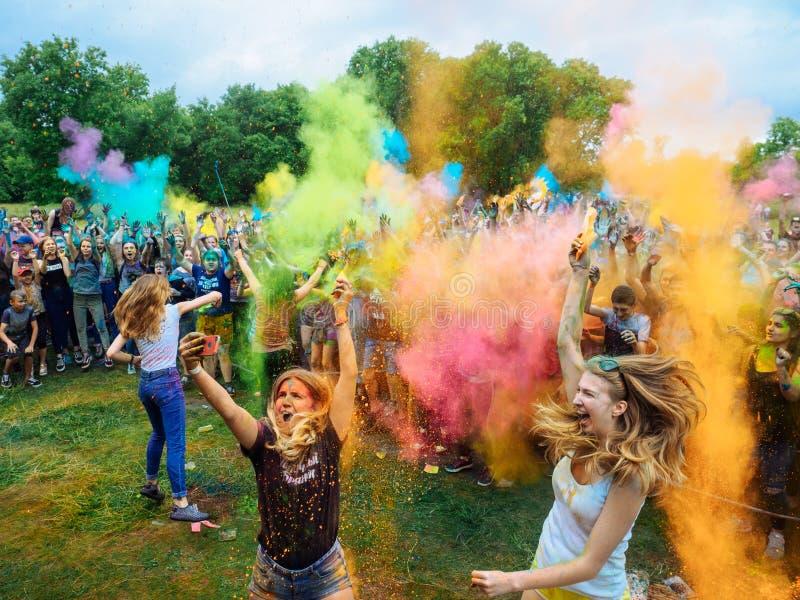 俄罗斯,布良斯克- 201 7月1:颜色圣洁节日  人群获得乐趣对音乐 免版税库存照片