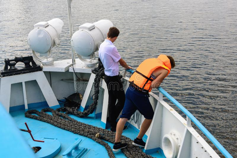 俄罗斯,特维尔州地区,2018年8月 水手准备停泊船 免版税图库摄影