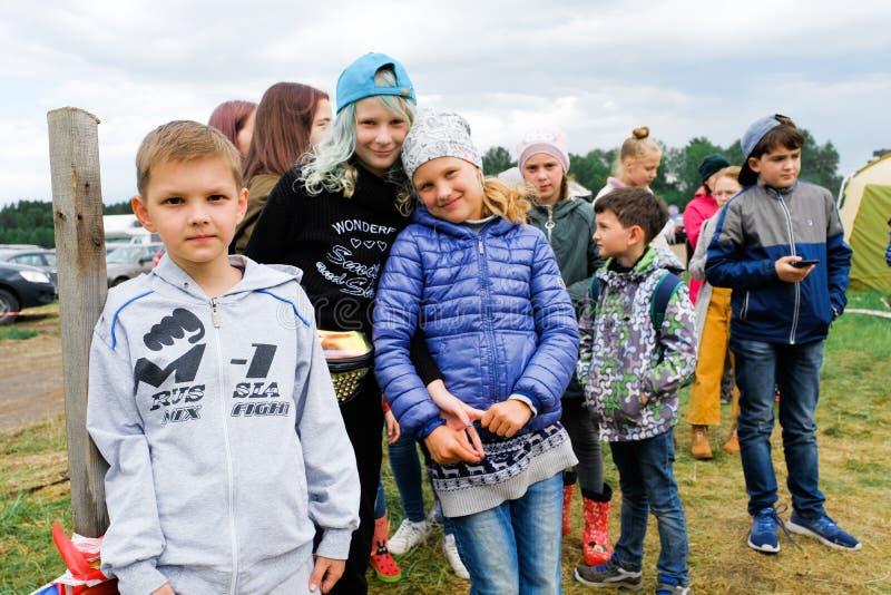 俄罗斯,秋明,15 06 2019? 不同的年龄和种族微笑的看看的孩子照相机 免版税库存图片