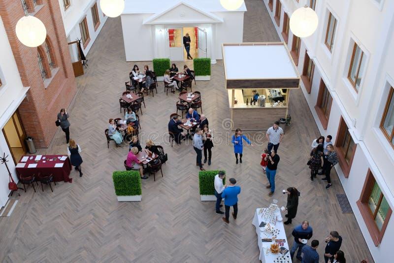 俄罗斯,秋明,22 03 2019? 购物中心的人们,食物区域,顶视图 库存图片