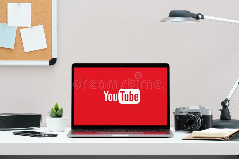 俄罗斯,秋明- 2018年12月18日:在屏幕MacBook上的YouTube商标 YouTube是普遍的网上录影分享的网站 库存图片