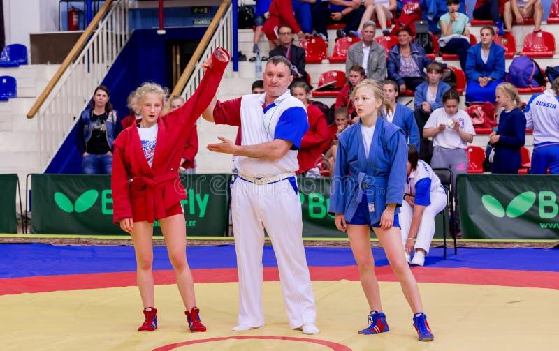 俄罗斯,符拉迪沃斯托克,06/30/2018 在女孩中的搏斗的竞争 武道和和战斗的体育的少年比赛 免版税库存图片