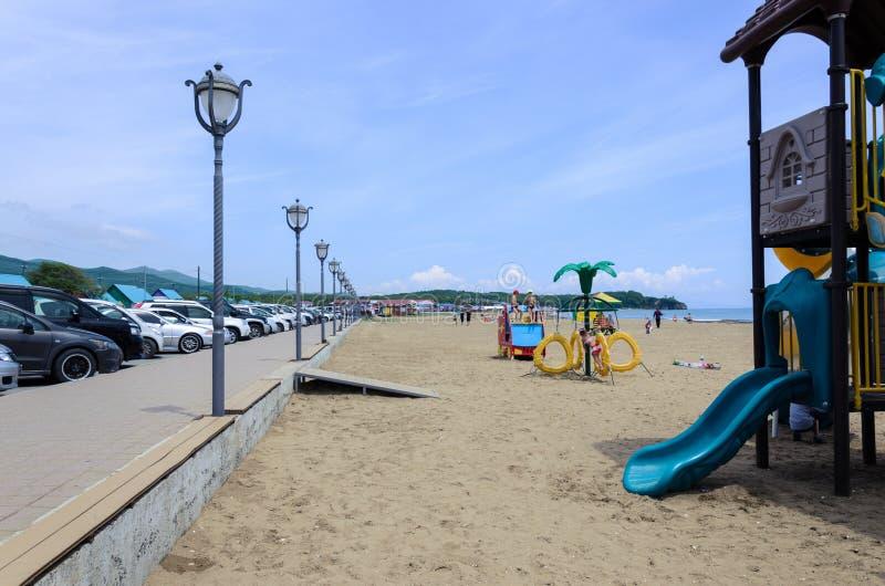 俄罗斯,符拉迪沃斯托克- 2019年6月19日, 海湾天蓝色,海滩季节的初期 库存照片