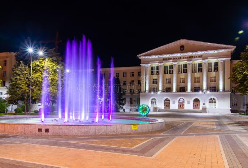 俄罗斯,罗斯托夫On唐,2018年9月22日:与五颜六色的音乐喷泉的正方形和在前面前面的机械手表 免版税库存图片