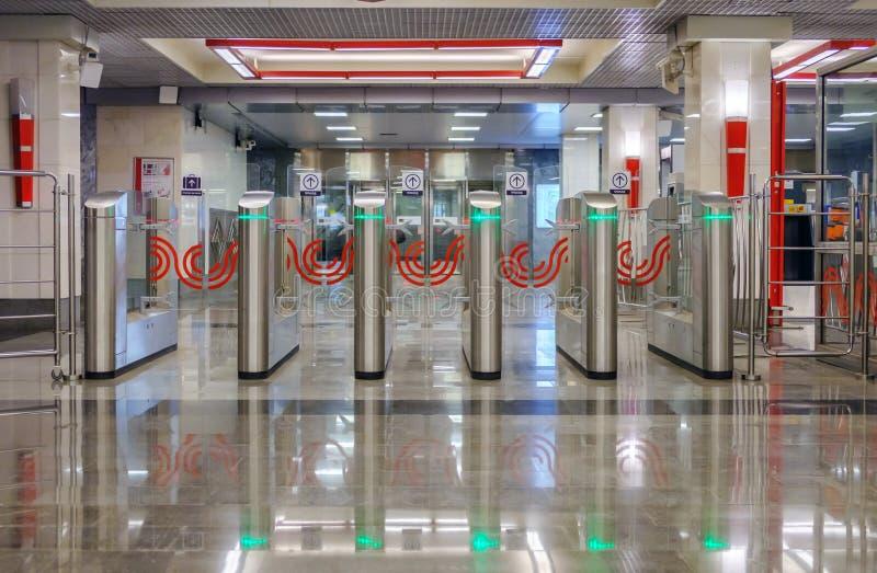 俄罗斯,莫斯科, 30 05 2018年:在莫斯科地铁的现代旋转门有绿色被带领的光的 库存图片