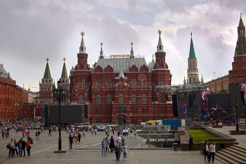 俄罗斯,莫斯科, 07 20 2018年 在走沿红场的状态历史博物馆和人的看法,在克里姆林宫附近 著名地方  免版税库存图片