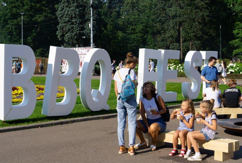 俄罗斯,莫斯科,2019年7月26 28日,BBQ节日在莫斯科,索科尔尼基公园 享受家庭时间和吃他们的在Th的人们食物 免版税库存图片
