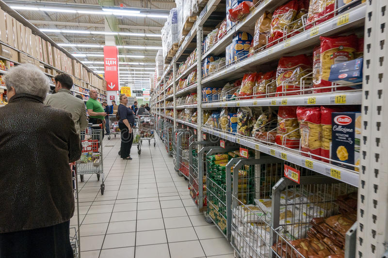 俄罗斯,莫斯科, 2017年6月11日:购物不同的产品的人们在欧尚超级市场 库存图片