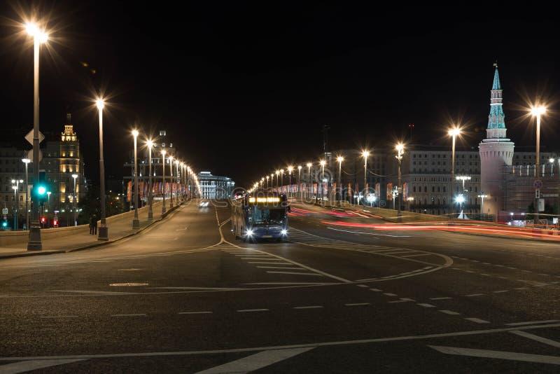 02/06/2018俄罗斯,莫斯科 在莫斯科` s街道上的夜照明 Sofiyskaya堤防看法和Bolshoy Moskvoretsky跨接a 免版税库存图片