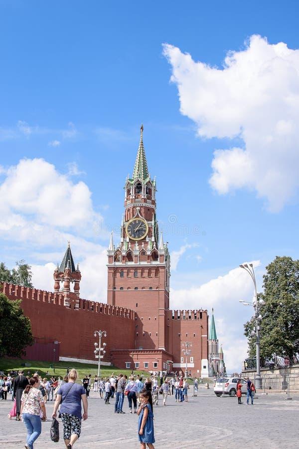 俄罗斯,莫斯科- 2017年6月30日:克里姆林宫钟楼,与在塔的一个红色星 图库摄影