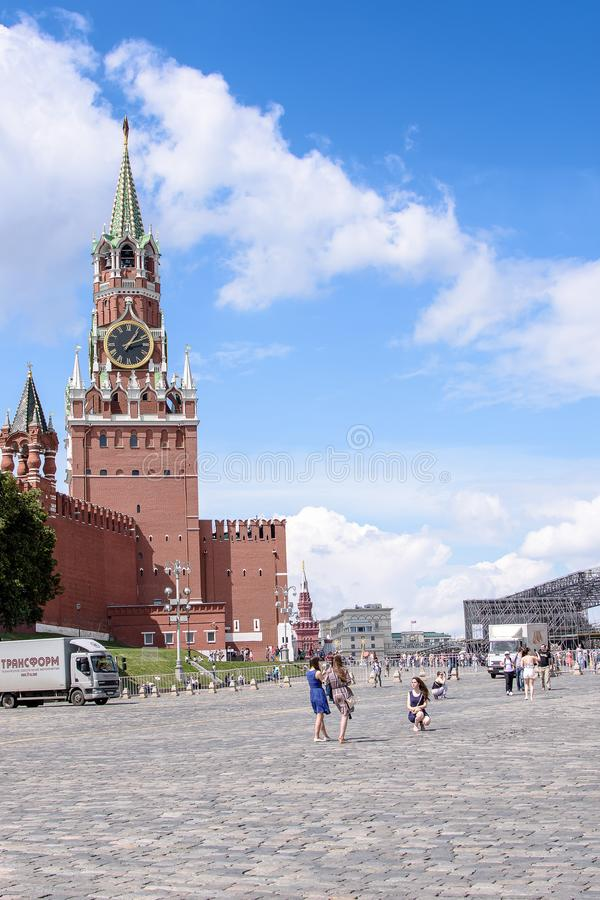 俄罗斯,莫斯科- 2017年6月30日:克里姆林宫钟楼,与在塔的一个红色星 免版税库存照片