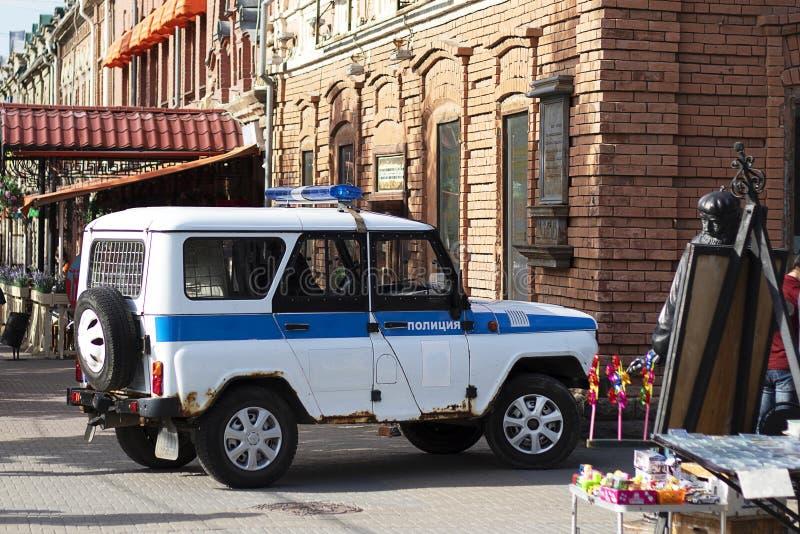 俄罗斯,车里雅宾斯克,12-06-2019 UAZ UAZ有蓝色警报器的警车下午 有一张蓝色敷金属纸条的巡逻车 库存照片