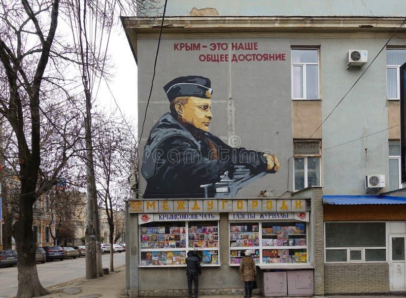 俄罗斯,辛菲罗波尔 1月2019 01日:颜色俄罗斯总统弗拉基米尔・普京街道画画象在街道墙壁上的在军事 库存照片
