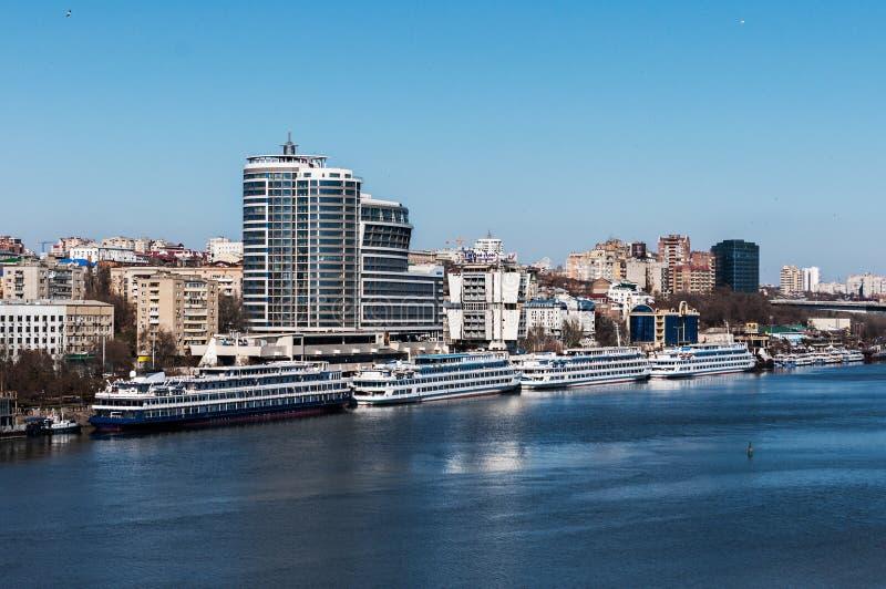 俄罗斯,顿河畔罗斯托夫- 2017年3月20日:城市顿河畔罗斯托夫和堤防的看法 免版税库存图片