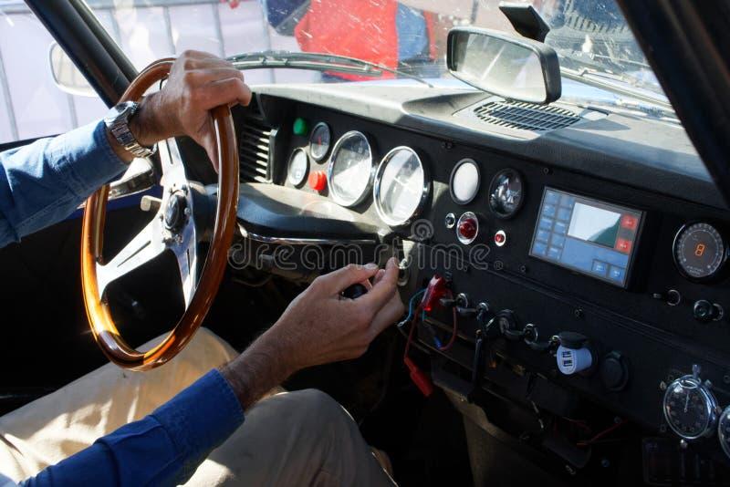 俄罗斯,马格尼托哥尔斯克,- 2019年6月,20日 一个人驾驶一辆减速火箭的汽车 在老雪铁龙的仪表板安装了现代的数 库存照片