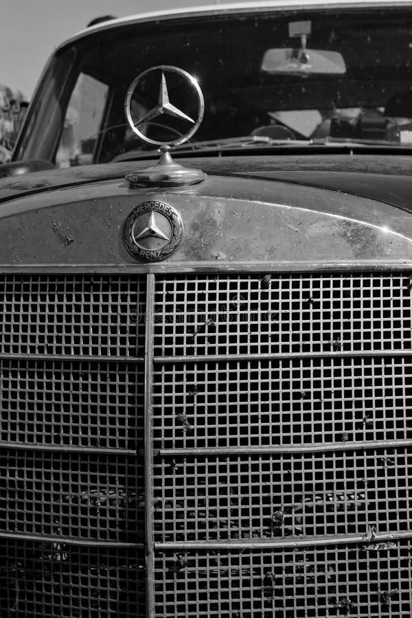 俄罗斯,马格尼托哥尔斯克,- 2019年6月,20日 在城市街道上和老奔驰汽车象停放的防撞器、幅射器 r 库存例证