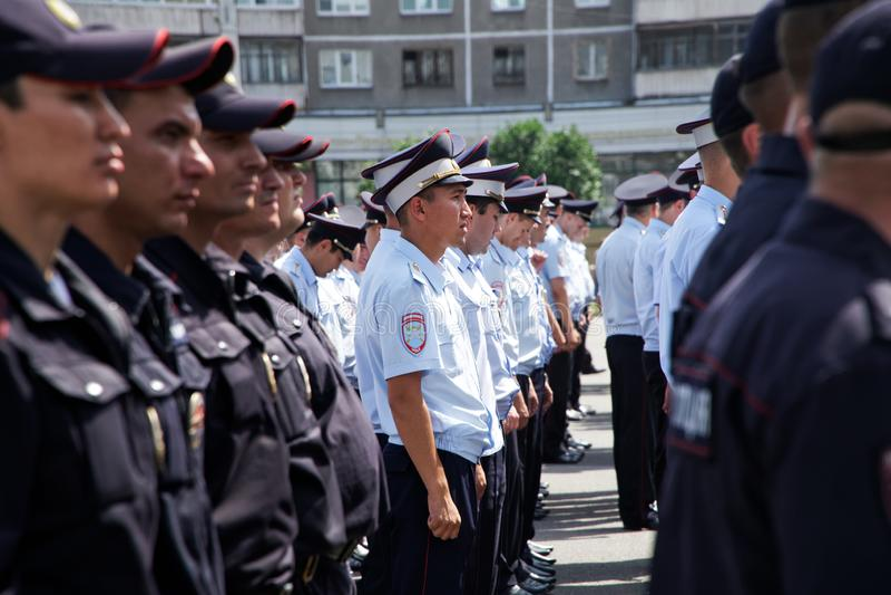 俄罗斯,马格尼托哥尔斯克,- 2019年7月,18日 警察在其中一条排队了城市街道 免版税库存图片