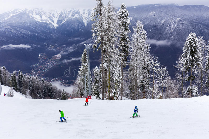 俄罗斯,索契,高尔基GOROD - 2017年3月26日:高尔基Gorod滑雪胜地倾斜看法  免版税库存照片