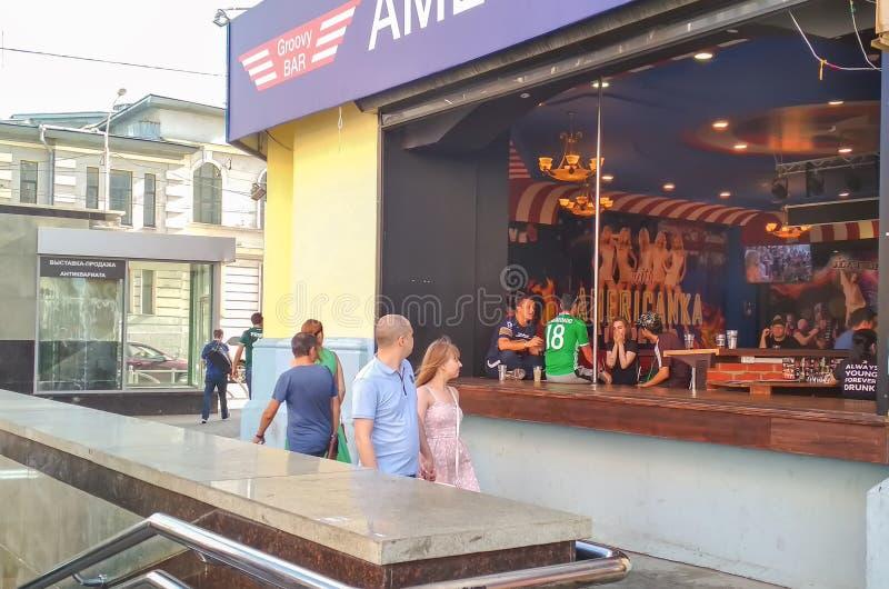 俄罗斯, Ekaterinburg, 2018年6月30日 墨西哥足球迷情感地讲话在娱乐酒吧 橄榄球世界杯 免版税图库摄影