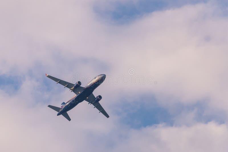 俄罗斯, Rostovskaya oblast, Oktyabrsky :2018年7月21日:在蓝天的苏航飞机空中客车A320与白色云彩 库存图片