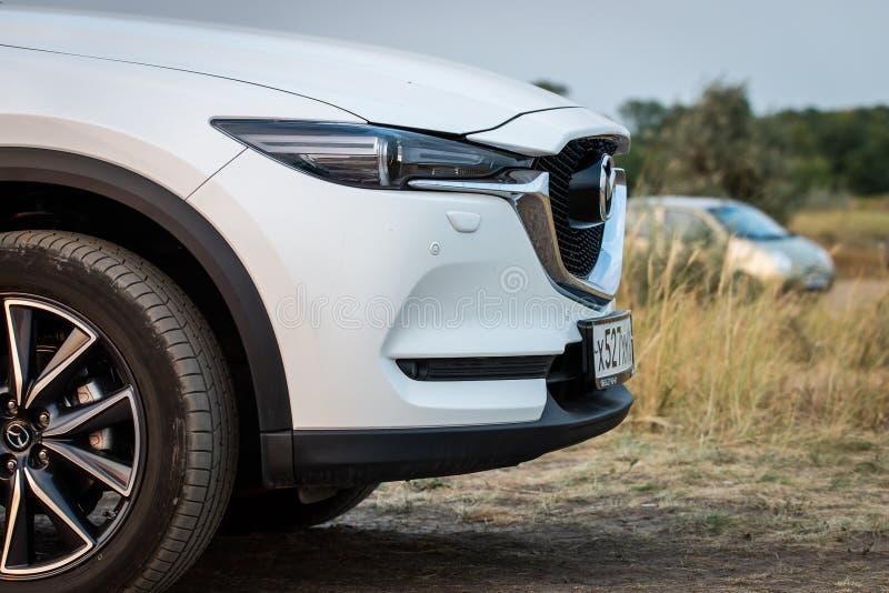 俄罗斯,Merzhanovo:2018年8月22日:马自达CX-9 7乘客SUV室外景色的第二代的前方外部片段 免版税库存照片