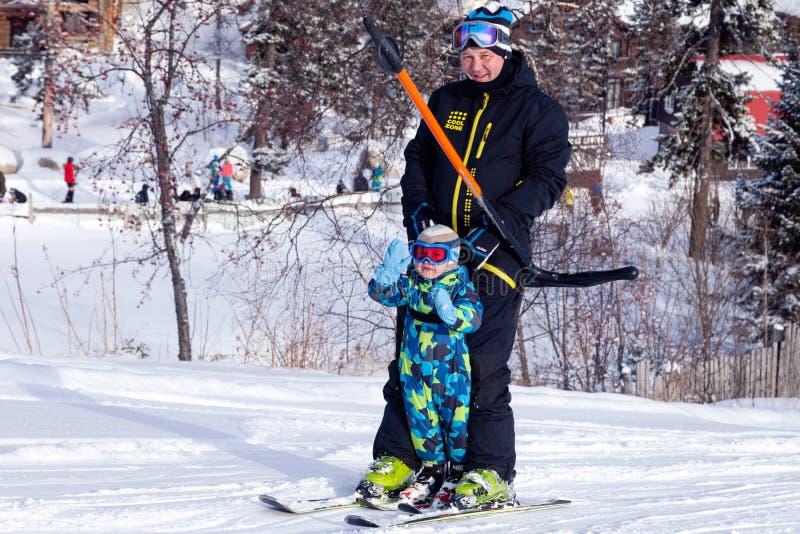 俄罗斯,Sheregesh 2018年 11 17成人滑雪者和孩子行业的 免版税库存照片