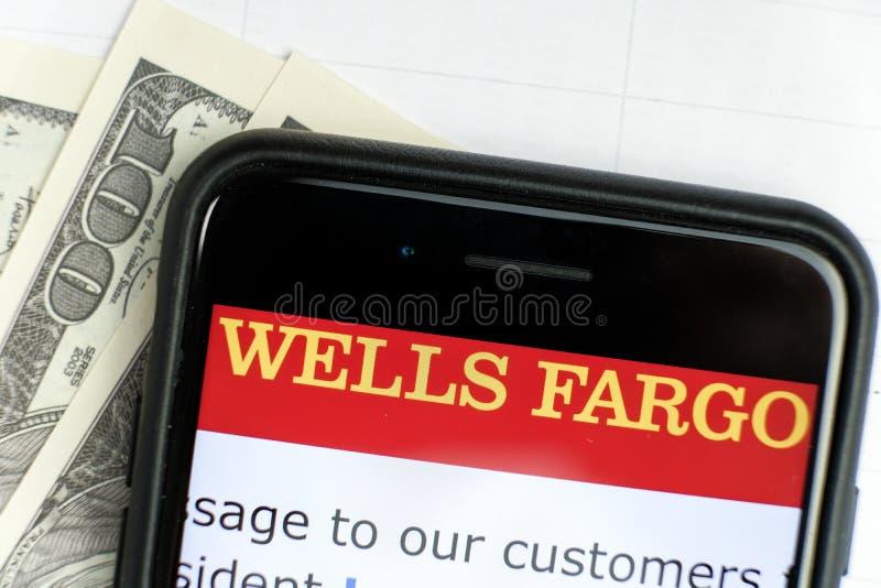 俄罗斯,ST 彼得斯堡,2019年4月4日:商标在智能手机说谎的美金的富国银行集团Co 免版税库存照片