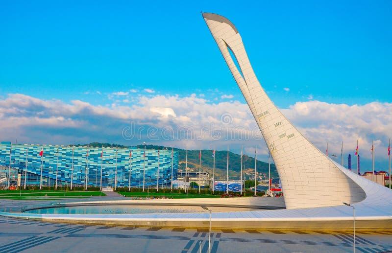 俄罗斯-奥林匹克公园10月2日2018年索契 在Imeretian手段的唱歌喷泉火炬 库存照片