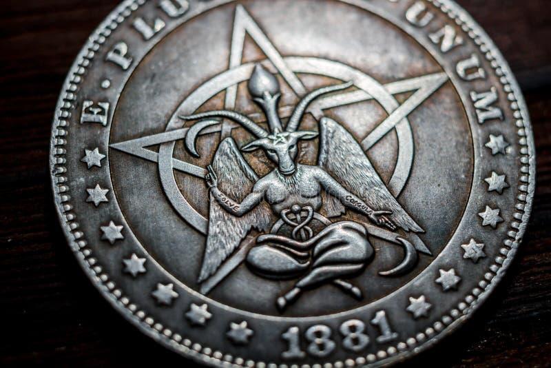 俄罗斯- 2019年3月:与baphomet特写镜头的图象的纪念品硬币 库存照片