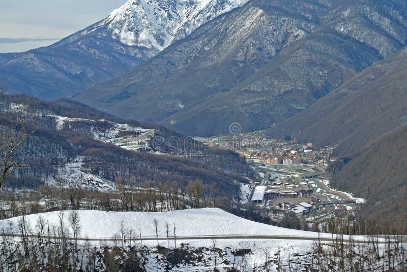 俄罗斯-滑雪胜地罗莎Khutor的看法在有推力高度的索契 免版税库存图片