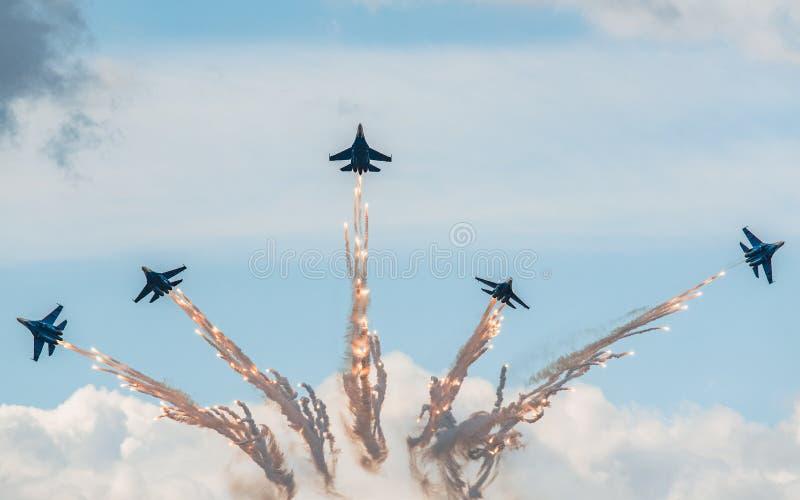 俄语授以爵位特技队苏霍伊Su27战斗机在MAKS 2015年Airshow 库存照片