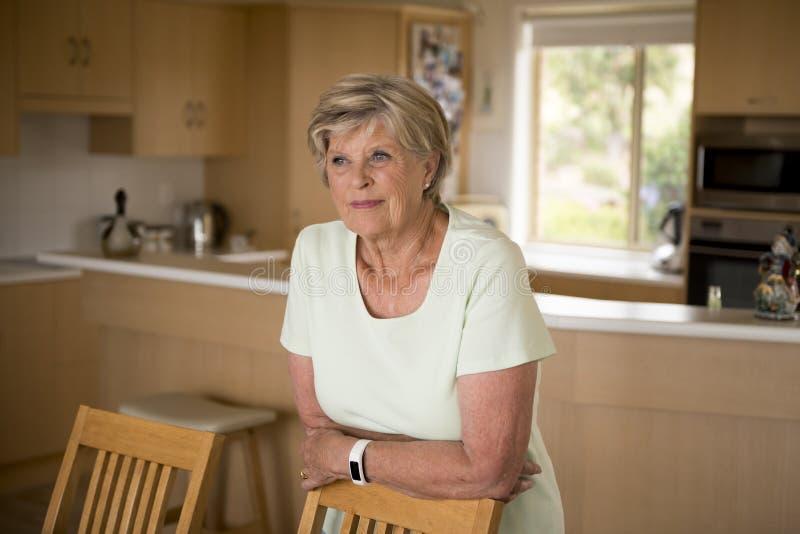 俏丽和甜资深成熟妇女美丽的画象中年的大约70岁微笑愉快和友好在家 库存图片
