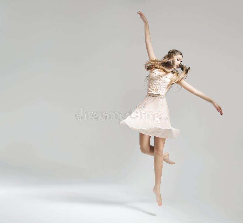 俏丽和年轻跳芭蕾舞者 免版税库存照片
